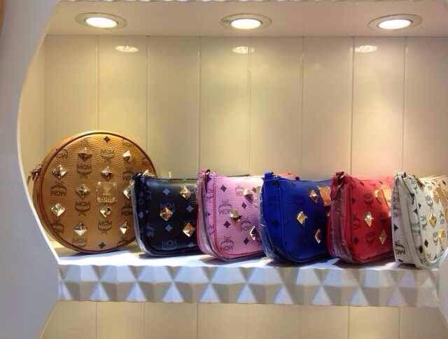 广州包包批发 MCM真皮手提包 多色钉钉小提包 时尚百搭拿包