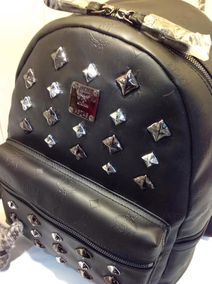 MCM官网 黑色中号双肩包 朋克风新款浮雕 纯色百搭