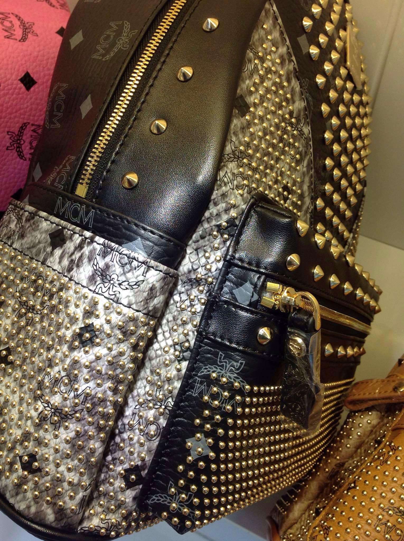 MCM包包批发网  铆钉拼蛇纹 多色 女士双肩包