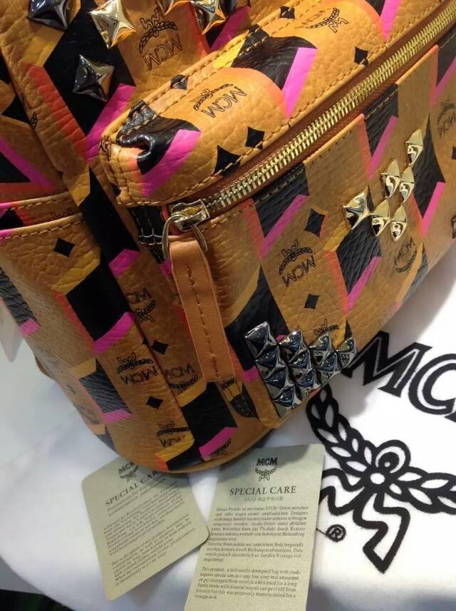 国际新款MCM 彩虹M钉 土黄小号女士背包 进口牛皮双肩包