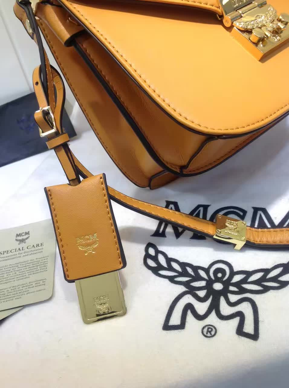 MCM官网 Patricia系列邮差包 外观简约时尚 翻绒内里 实用多隔层 土黄