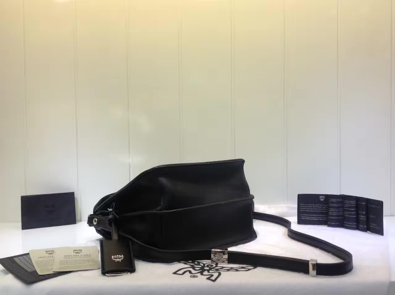 MCM官网 Patricia系列邮差包 外观简约时尚 翻绒内里 实用多隔层 黑色