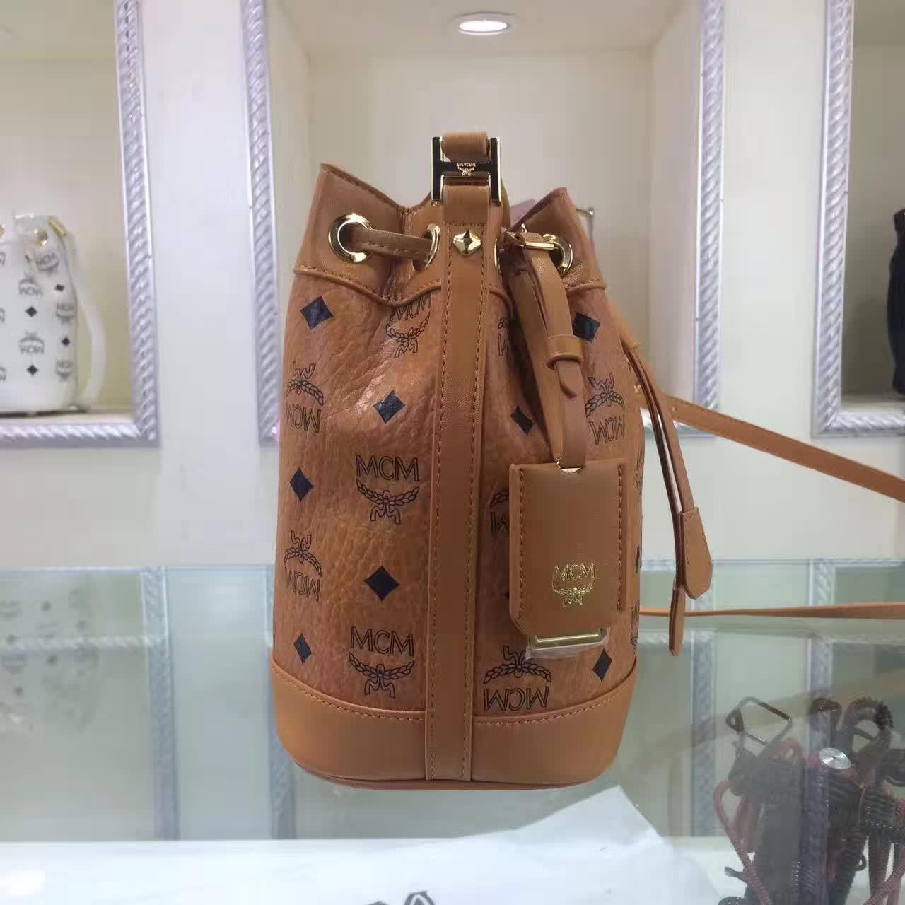 MCM2017新款 迷你单肩斜跨包水桶包 轻巧有型 时尚简约的抽绳设计 土黄