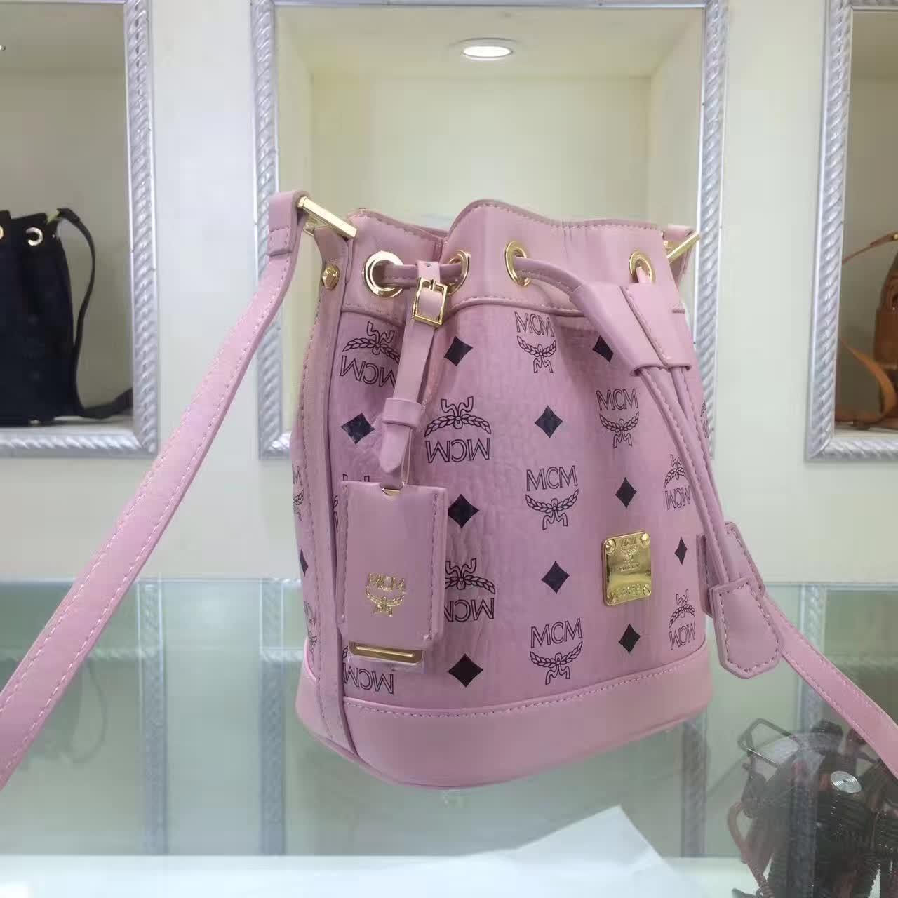MCM2017新款 迷你单肩斜跨包水桶包 轻巧有型 时尚简约的抽绳设计 粉色