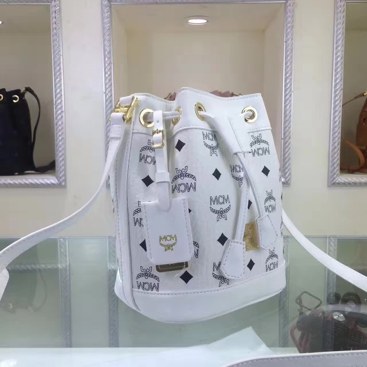 MCM2017新款 迷你单肩斜跨包水桶包 轻巧有型 时尚简约的抽绳设计 白色