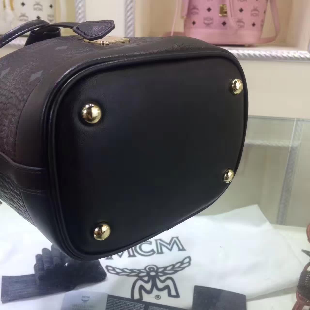 MCM2017新款 迷你单肩斜跨包水桶包 轻巧有型 时尚简约的抽绳设计 黑色