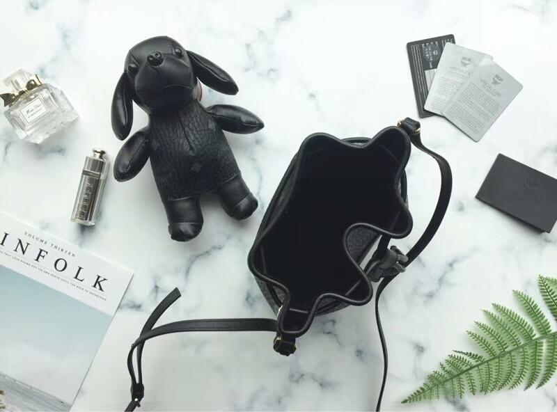 MCM韩国官网 小狗狗摆件水桶抽绳包 Visetos印花 小狗摆件可拆卸 黑色