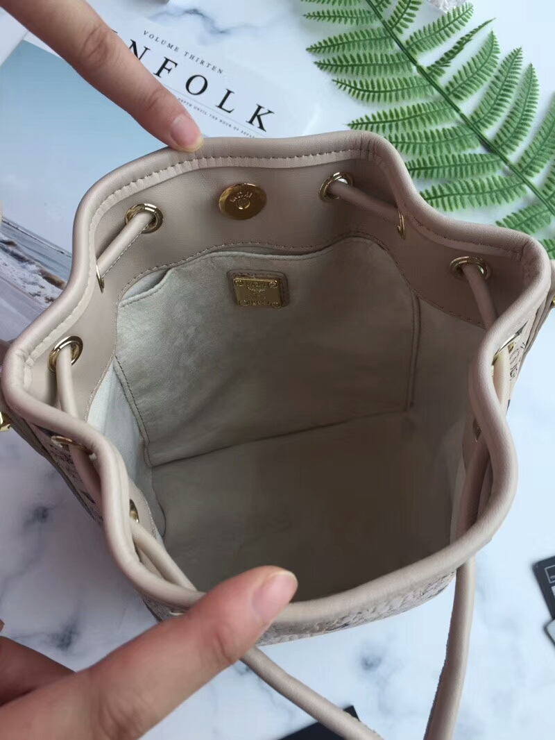 MCM韩国官网 小狗狗摆件水桶抽绳包 Visetos印花 小狗摆件可拆卸 米白