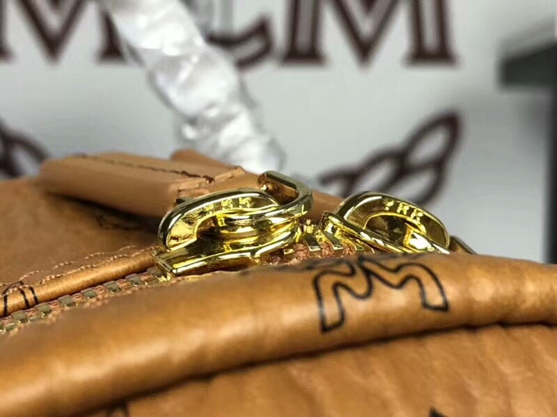 MCM专柜同步 Essentials系列双肩包3D丝印潮流元素 ykk拉链 背后附有铜牌独立编码 土黄