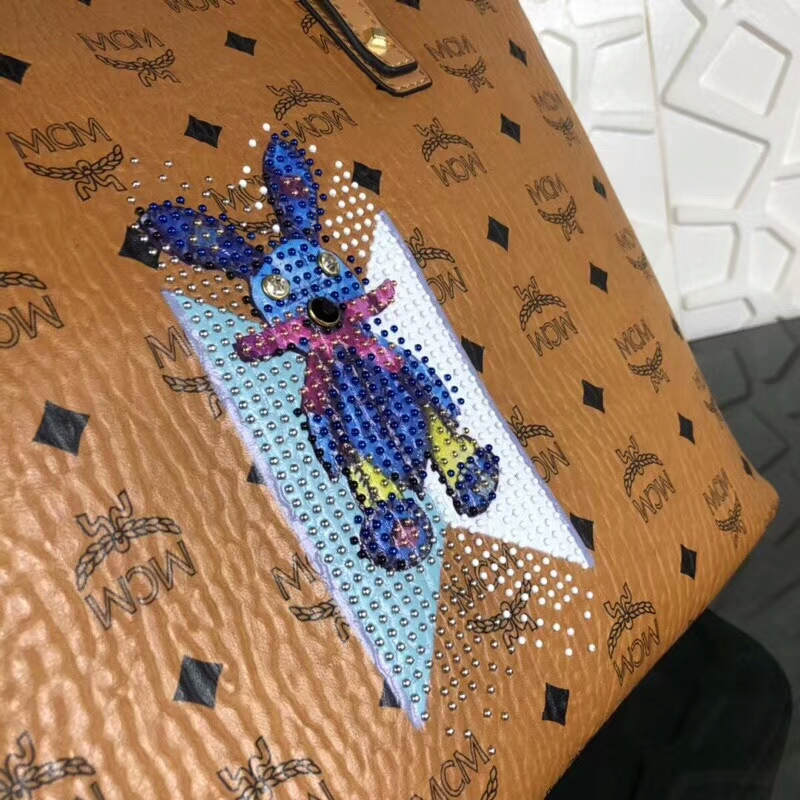 MCM包包批发 2018春夏新款印花LOGO彩虹兔子购物袋 手工钉珠 精致优雅 土黄