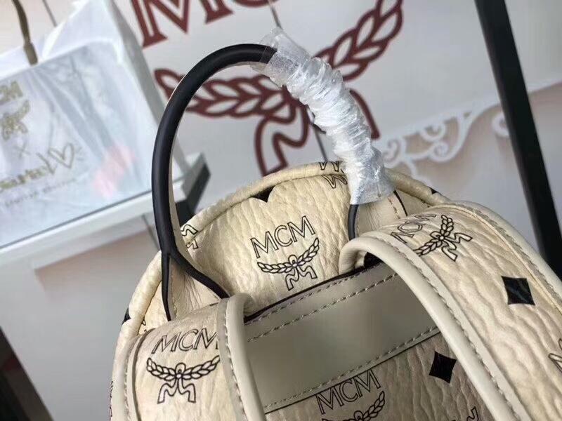 MCM新款 幻想兔双肩背包 时尚个性通体饰有色彩缤纷的幻想兔图案 米白