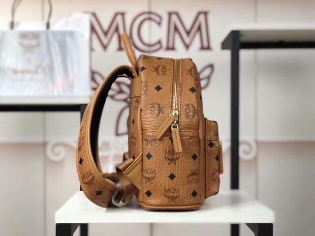 MCM新款 幻想兔双肩背包 时尚个性通体饰有色彩缤纷的幻想兔图案 土黄