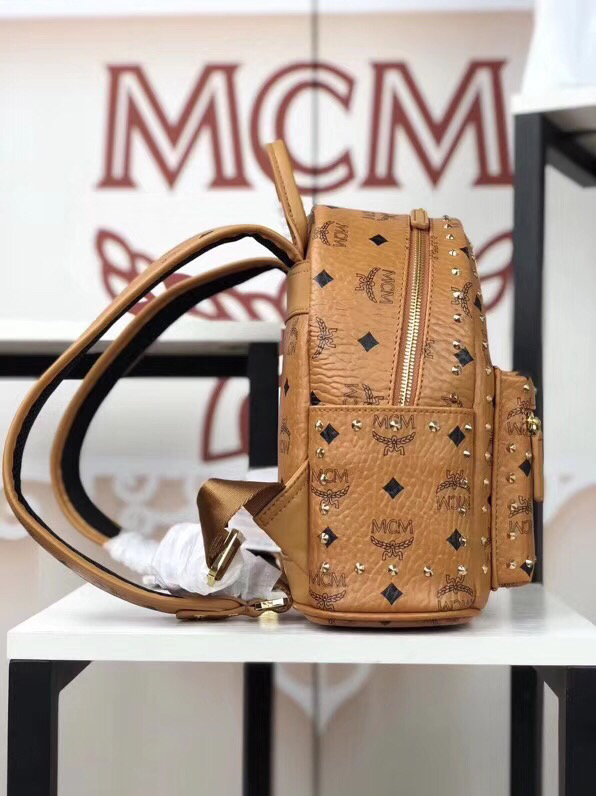 MCM官网 Stark经典双肩包迷你号 采用涂层帆布精心制作 侧边点缀细致铆钉 土黄