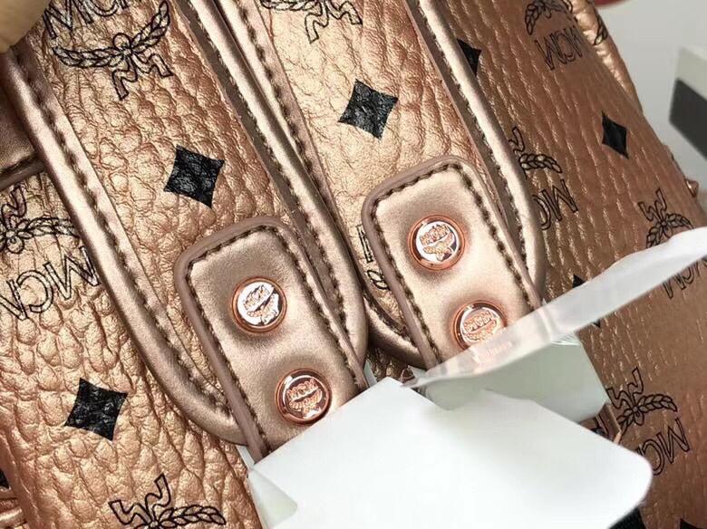 MCM官网 Stark经典双肩包迷你号 采用涂层帆布精心制作 侧边点缀细致铆钉 香槟金
