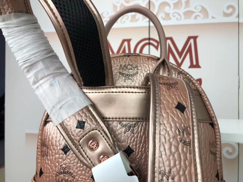 MCM官网 Stark经典双肩包小号 采用涂层帆布精心制作 侧边点缀细致铆钉 香槟金
