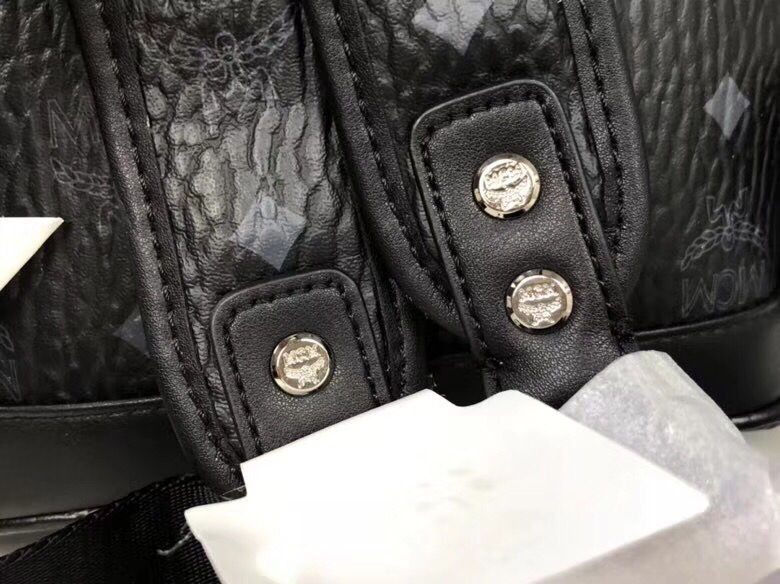MCM官网 Stark经典双肩包迷你号 采用涂层帆布精心制作 侧边点缀细致铆钉 黑色