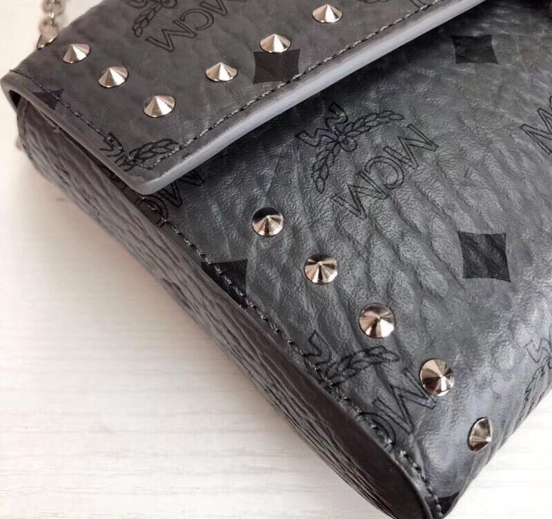 MCM MILLIE VISETOS铆钉斜挎包 采用经典印花涂层帆布制成 镶上铆钉的折叠顶部翻盖设计 深空灰