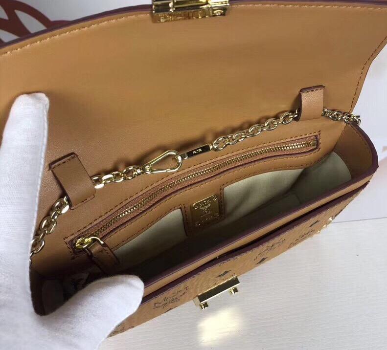 MCM MILLIE VISETOS铆钉斜挎包 采用经典印花涂层帆布制成 镶上铆钉的折叠顶部翻盖设计 土黄