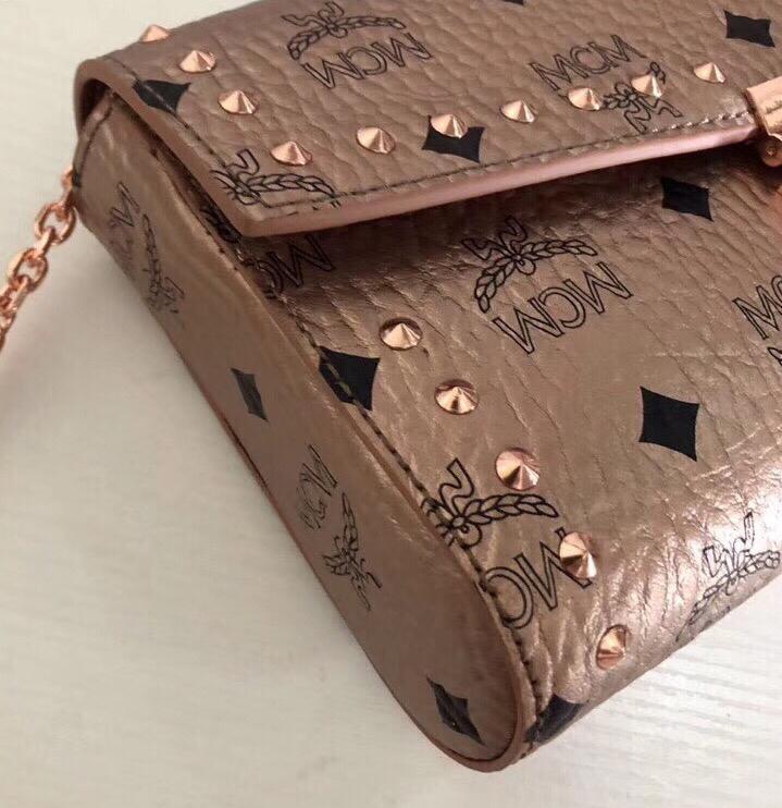MCM MILLIE VISETOS铆钉斜挎包 采用经典印花涂层帆布制成 镶上铆钉的折叠顶部翻盖设计 香槟金