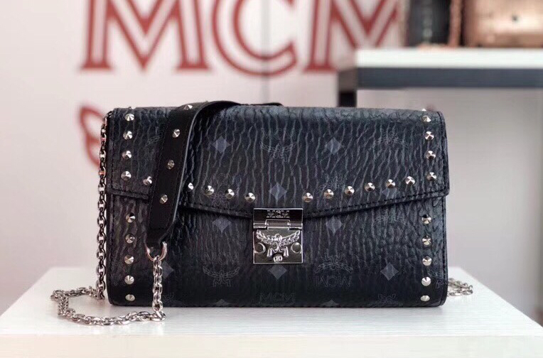 MCM MILLIE VISETOS铆钉斜挎包 采用经典印花涂层帆布制成 镶上铆钉的折叠顶部翻盖设计 黑色
