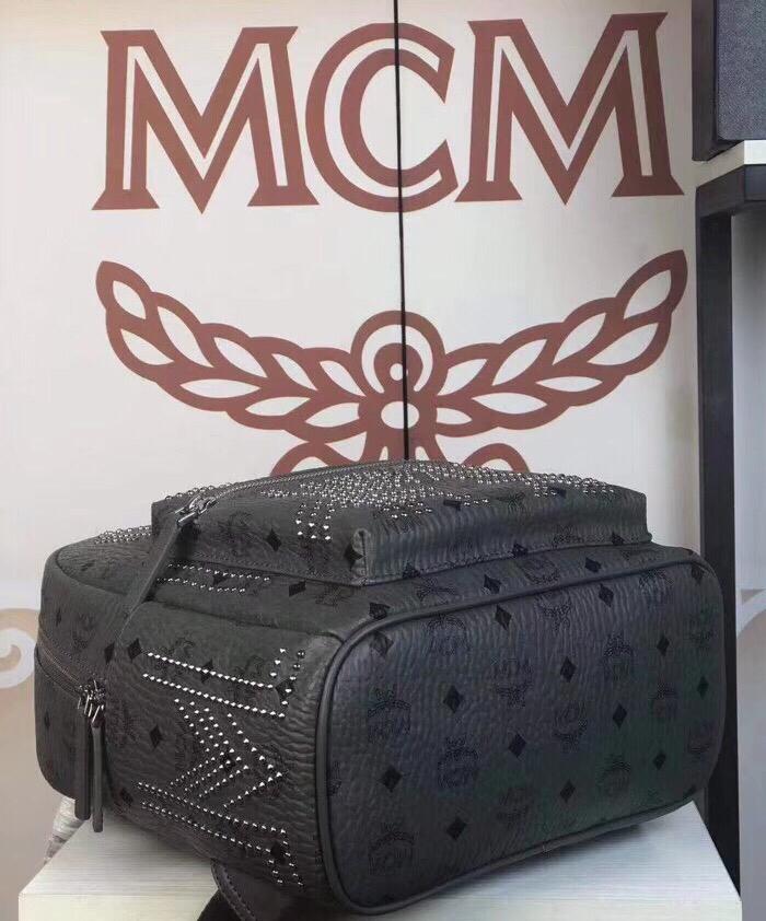 """MCM官网 Gunta""""M""""字形铆钉背包 双向ykk拉链 铜牌独立编码"""
