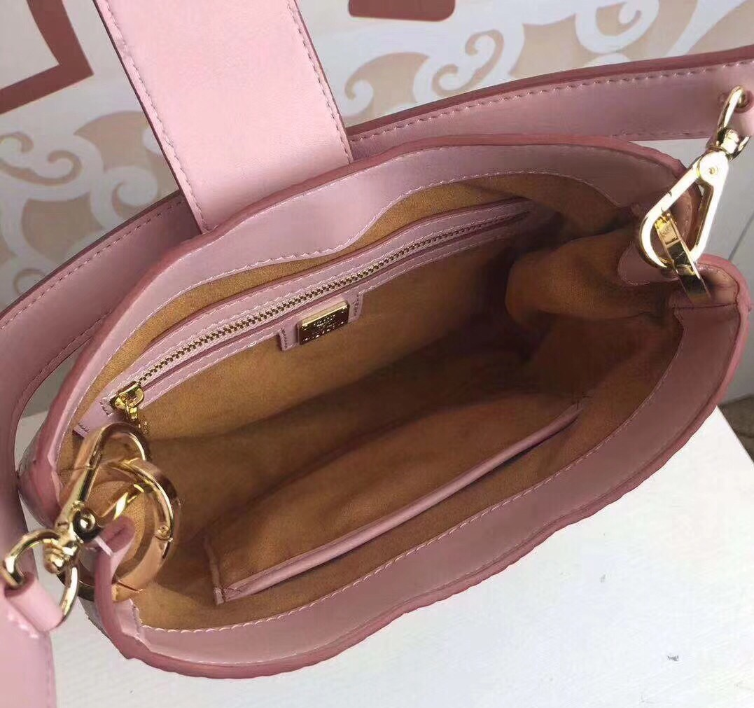 MCM Patricia水饺包 别致的时尚风格 曲线版型 采用精致的皮革和标志性Visetos涂层帆布制成