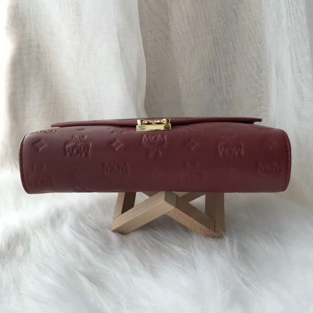 MCM Millie 19款 压花链条包 采用独特的粒面字母组合图案 上等的头层牛皮 酒红