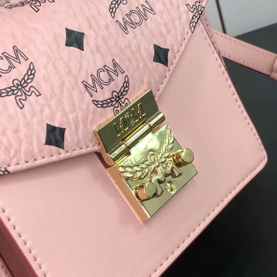 MCM包包批发 Patricia系列小号风琴包 包身硬挺耐用 翻盖月桂叶锁扣设计增添精致