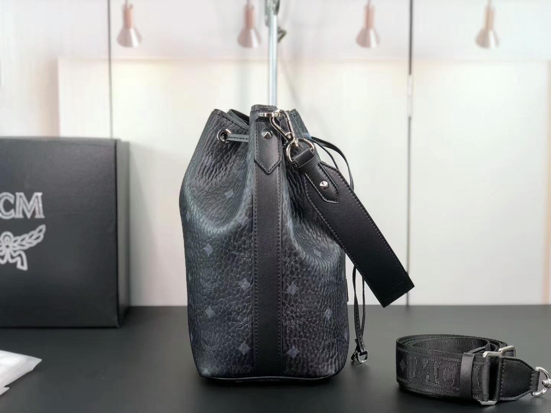 MCM官网 Essentials系列19款抽绳水桶包 精致优雅 内部空间宽敞 黑色
