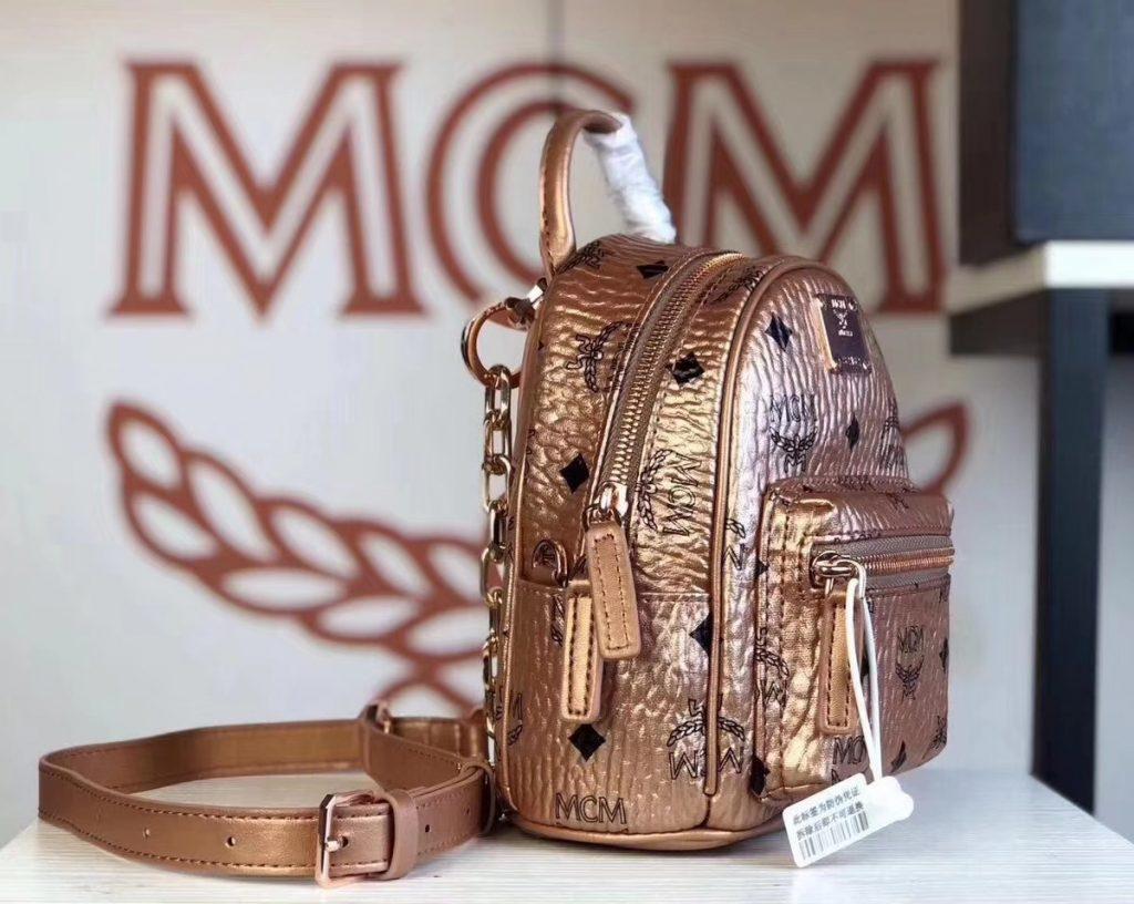 MCM 2019 新款 Essential X-mini 单肩/斜挎包(香槟金)采用 MCM标志性Visetos印花设计 配有多功能肩带 可斜挎或手拎使用