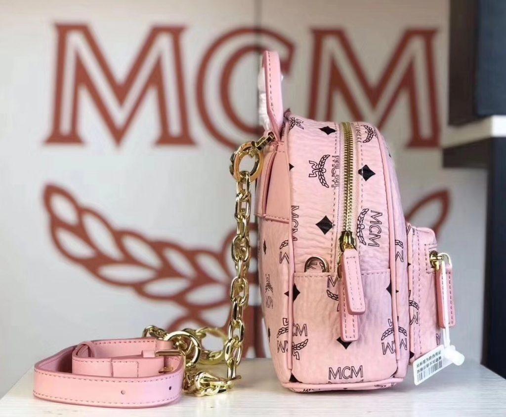MCM 2019 新款 Essential X-mini 单肩/斜挎包(冰激凌粉)采用 MCM标志性Visetos印花设计 配有多功能肩带 可斜挎或手拎使用