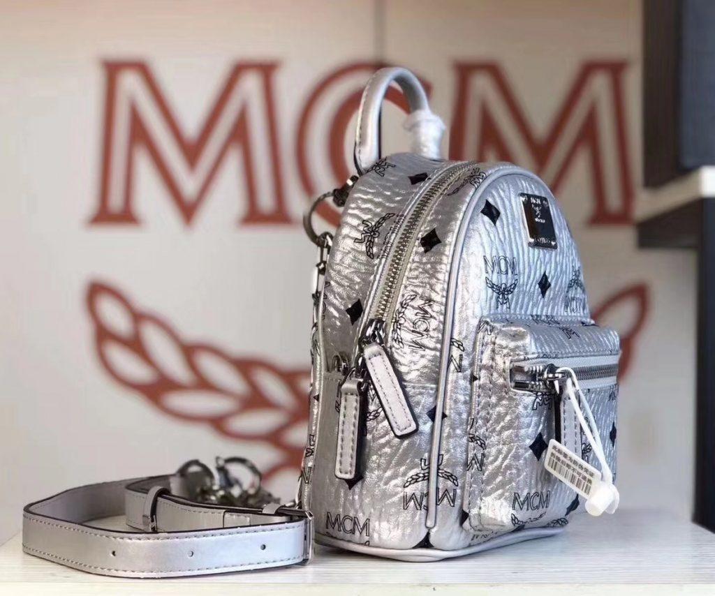 MCM 2019 新款 Essential X-mini 单肩/斜挎包(银色)采用 MCM标志性Visetos印花设计 配有多功能肩带 可斜挎或手拎使用