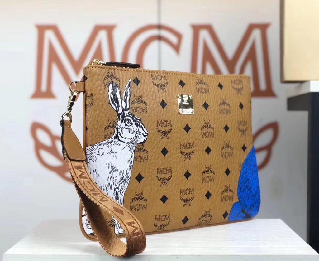 MCM 秋冬新款 Rabbit捉迷藏兔子 手拿包/腕包 (土黄)时尚百搭拉链款 简约方形设计 LOGO印花为底 可爱兔子图案印花
