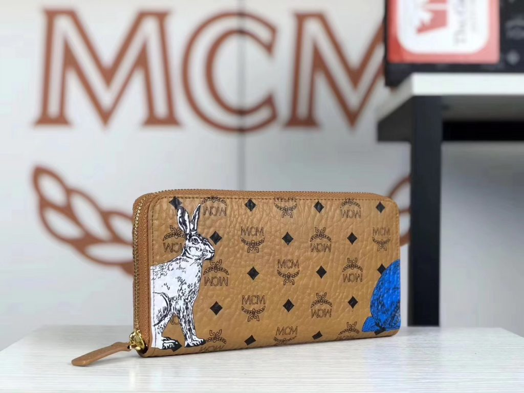 MCM 19秋冬新款 Rabbit 捉迷藏兔子拉链钱包(土黄)以潮流风格为设计理念