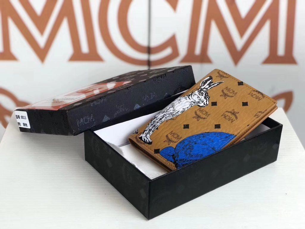 MCM Rabbit捉迷藏兔子 护照夹(土黄)以潮流风格为设计理念 3D丝印 出门旅游必备品