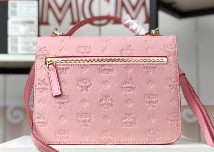 MCM Patricia 全皮压花风琴包 经典设计元素 空间充裕 翻盖式搭配月桂锁按扣 粉色