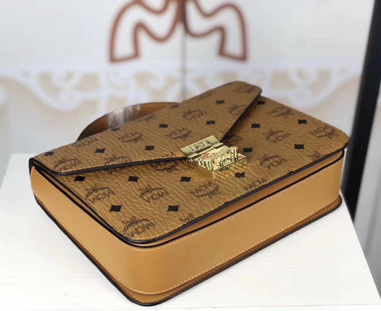 MCM Patricia斜挎包 Visetos涂层帆布精心制作 侧面饰有精致的皮革装饰