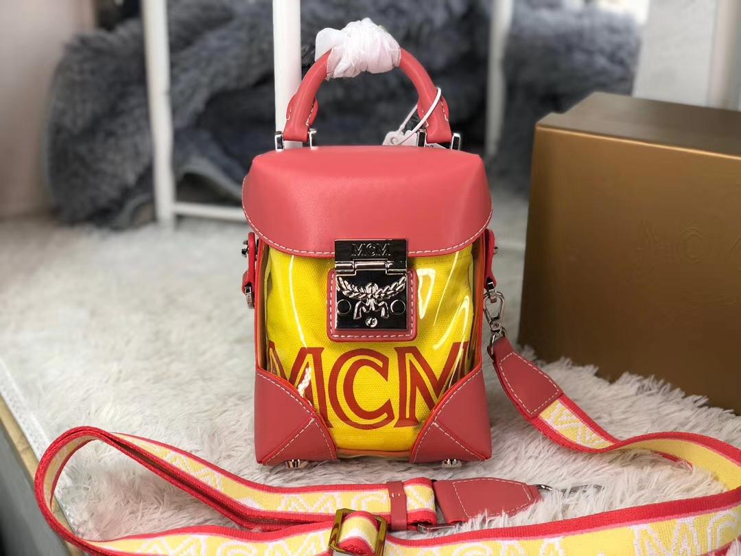 MCM新款斜挎包 半透明的外观 内置手拿包 月桂叶锁扣闭合