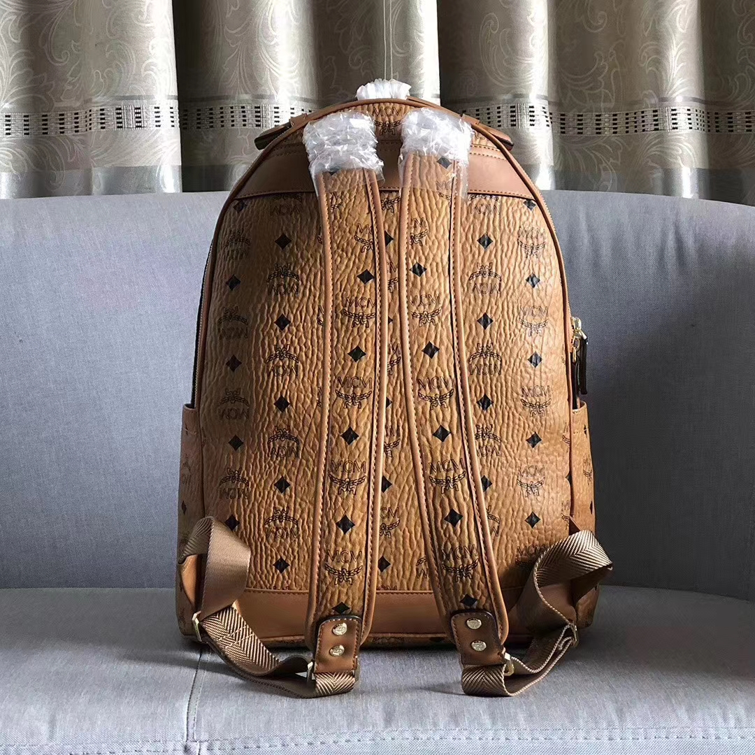 MCM2020新款 Stark Visetos双肩背包 造型圆润 压凹图案