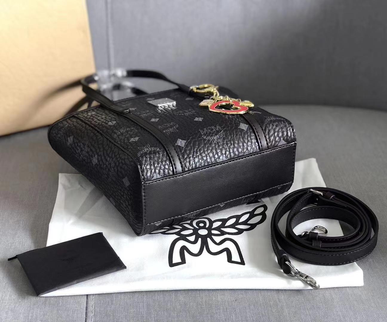 【¥450】MCM Toni Visetos新款mini购物袋 内部及外部都设计有宽敞的隔层 内部开放式口袋 皮革饰边