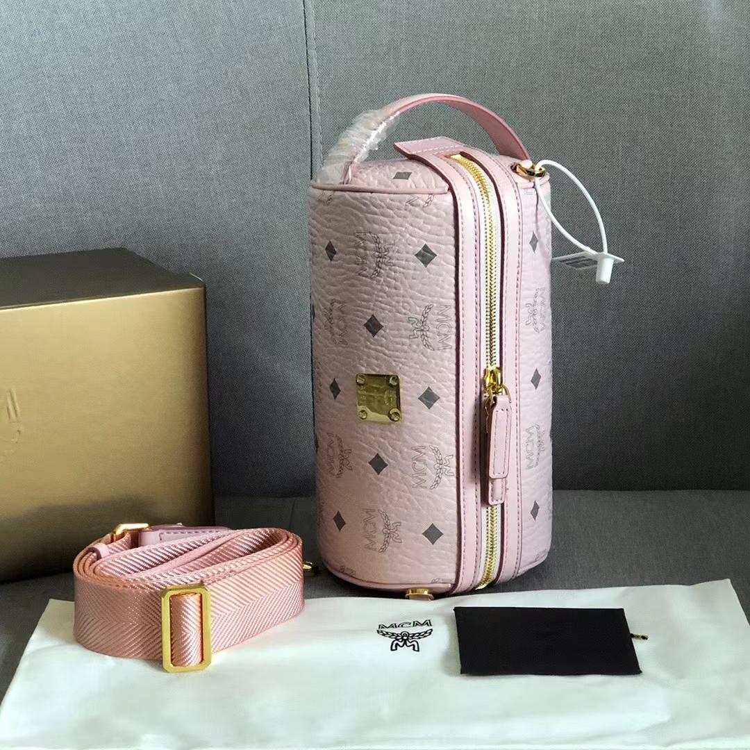 【¥480】MCM新款Klassik Visetos筒形斜挎包 采用轻盈的Visetos包身设计 Nappa皮可拆卸调节斜挎织物肩带