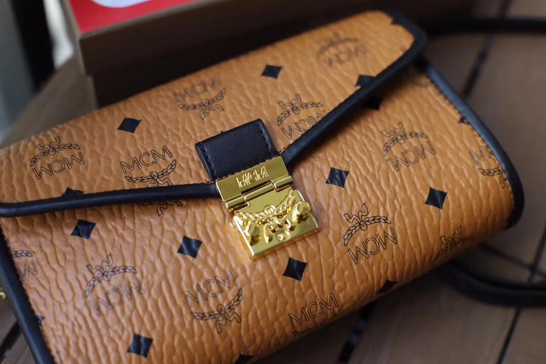 【¥450】MCM20新品Millie Visetos拼皮斜挎包 Nappa皮革饰边设计 搭配可拆卸斜挎肩带及月桂叶锁扣