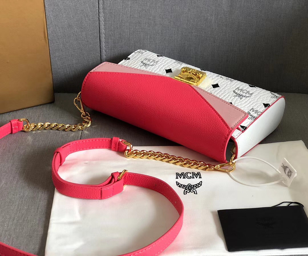 【¥450】MCM Millie Visetos拼色皮革斜挎包 采用粒面革、Nappa皮革与经典Visetos材料大胆混制而成
