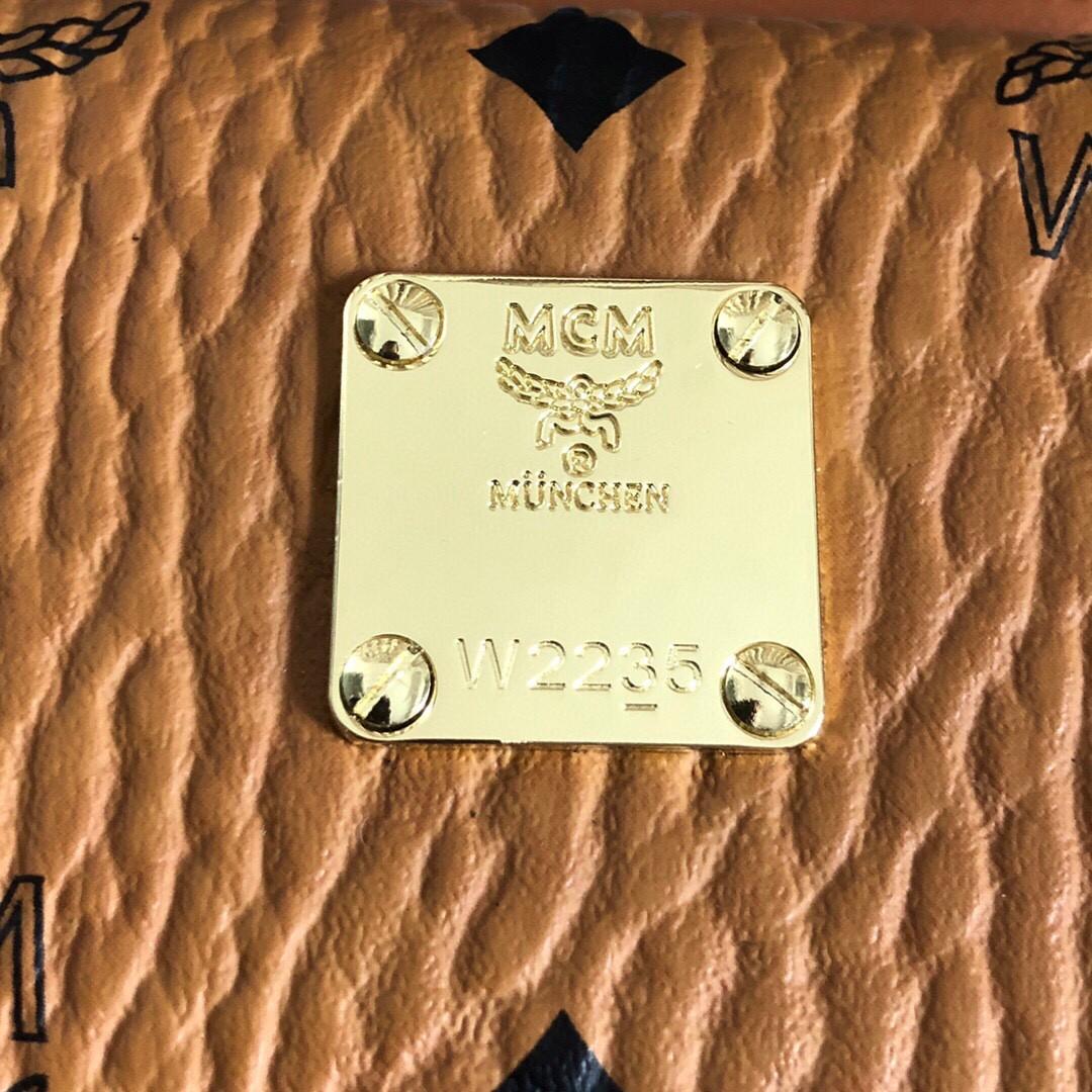 【¥300】MCM经典logo手机斜挎包卡包 可拆卸调节斜挎肩带 中间拉链袋 金属色调五金件