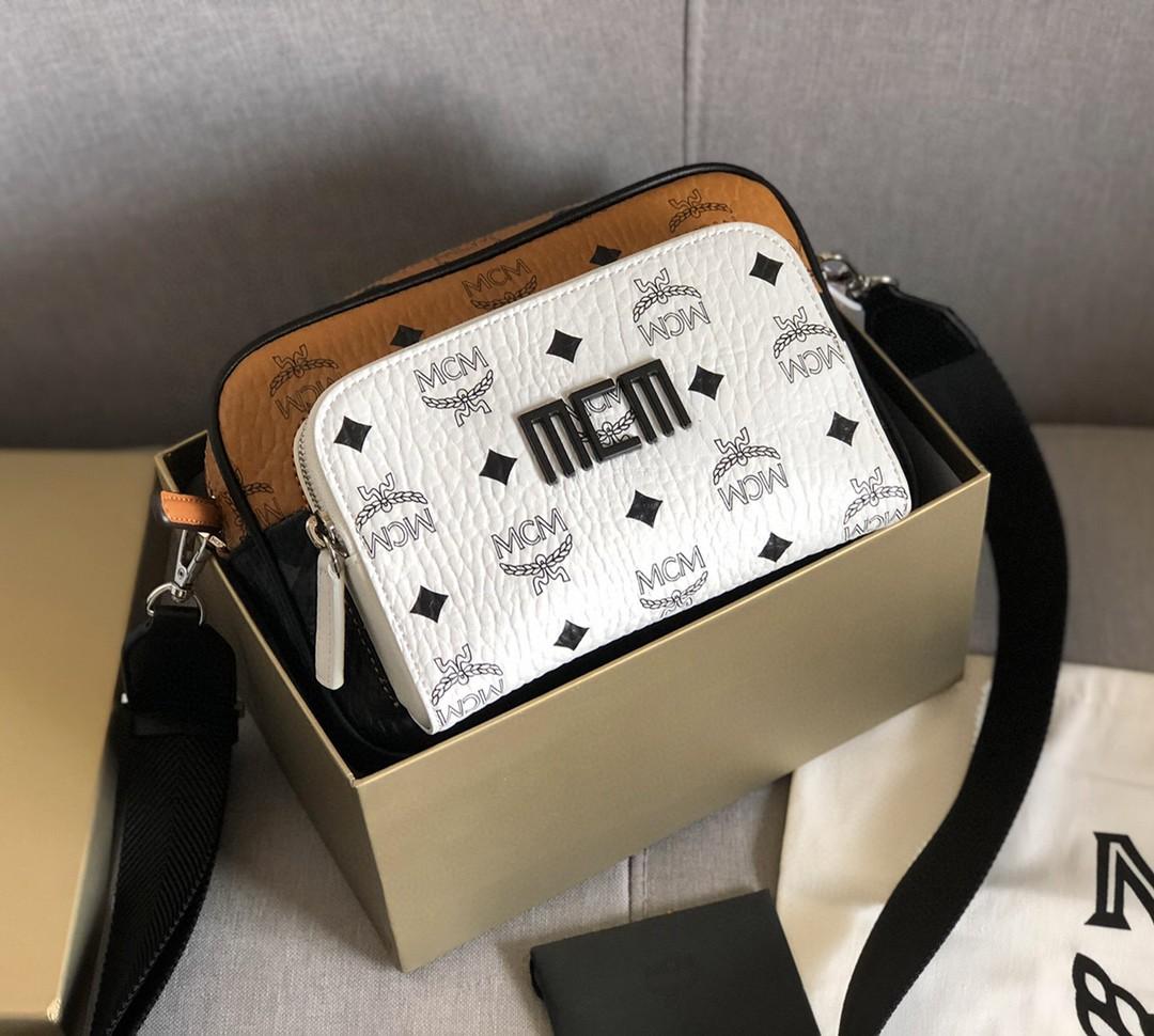 【¥420】MCM Visetos Klassik斜挎包 金属色调五金件 织物衬里 皮革饰边